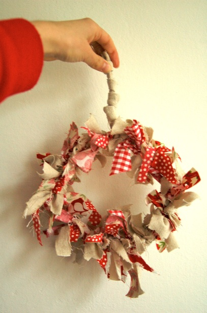 Simple Christmas rag wreath, home made christmas decorations, frugal Christmas decorations, DIY Christmas decorations, Environmentally-Friendly Christmas Fabric Wreath, Craft, Crafting, Craft Projects for Christmas, Christmas Crafting Projects